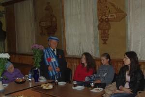 Сергій Іларіонови Рибалка розповідає студентам про перебування у концтаборі