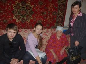 Волонтери ПФССУ, працівник ТР центру Октябрського району та Данько Софія Степанівна