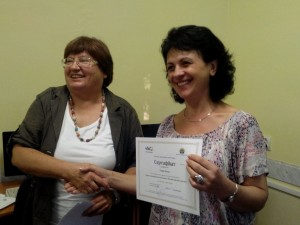 Ірина Гопей отримує сертифікат від Кіященко Ганни